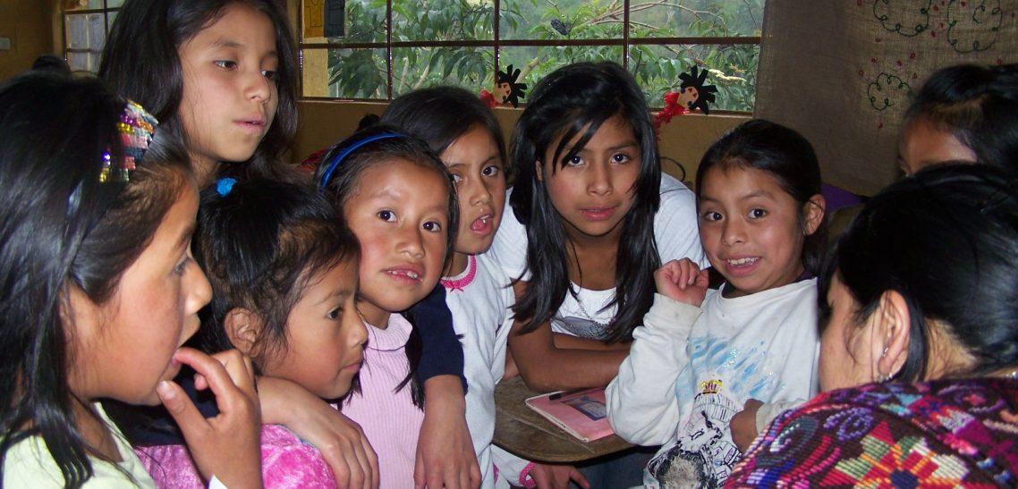 bambine maya del Guatemala, graziose, vicine l'una all'altra all'interno di una classe. Sono le bambine che CEFA aiuta a frequentare la scuola grazie alle bomboniere solidali