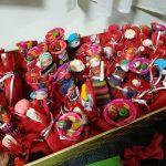 bomboniere solidali laurea composte da tulle rossi con confetti e bamboline colorate artigianali dal Guatemala con calamita sul retro, uniche e ricche di particolari come cappellini di paglia, bimbi sulle spalle, cesti sulla testa. Grandi circa 12 centimetri