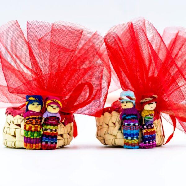 piccoli cestini bomboniera da Ecuador e Guatemala, di vimini intrecciati, stanno in una mano, con attaccate piccole bamboline scacciapensieri tutte colorate, fatti a mano e solidali