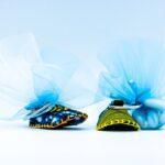 bomboniera solidale composta da scarpina fatta a mano in Tanzania con materiali di riciclo, colori assortiti, funge da portachiavi