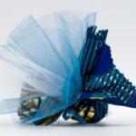 stoffa colorata blu e azzurra da Tanzania tipo Kitenge, con dentro confetti e tulle a mò di sacchettino, bomboniera solidale Africa