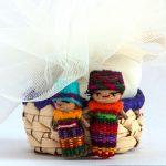 bomboniere solidali per comunione con cestino in vimini e due piccole bamboline artigianali e tulle colorato porta confetti