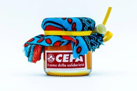 vasetto di miele solidale come bomboniera per sostenere apicoltura in Africa. Il vasetto di 40 gr è coperto da un colorato pezzo di stoffa africana, chiuso da un nastrino giallo