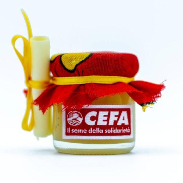 vasetto di miele solidale come bomboniera per sostenere apicoltura in Africa. Il vasetto di 40 gr è coperto da un colorato pezzo di stoffa africana, chiuso da un nastrino giallo. Questa stoffa è rossa e gialla