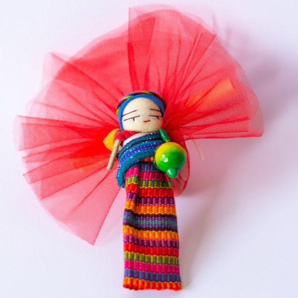 bomboniere solidali bamboline scacciapensieri dal Guatemala, colorate, vivaci, con magnete sulla schiena, con vestiti tradizionali, con piccolissimo bambino sulle spalle e cesto sulla testa con frutti o piccoli oggetti artigianali