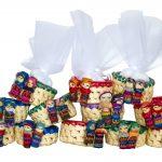 bomboniere solidali per cresima e comunione-cestini ecuador con tulle in vari colori e bamboline in abiti tradizionali