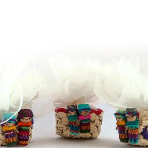 bomboniere solidali comunione in cestino decorato con bamboline artigianali e tulle colorati porta confetti