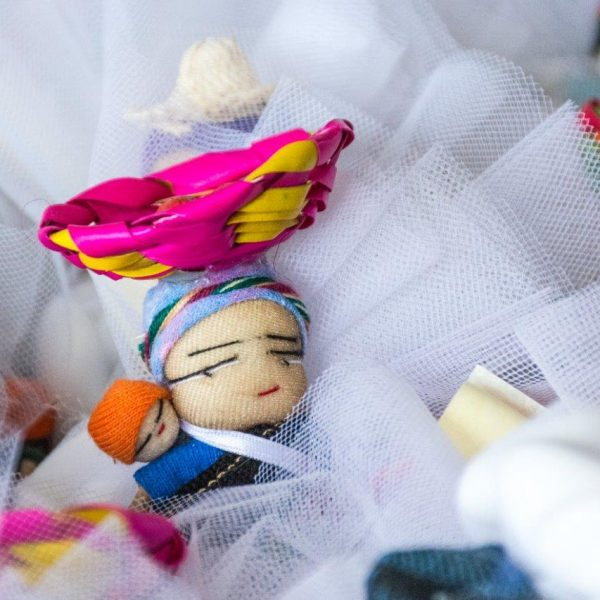 bomboniere cresima con confetti in sacchetti di tulle colorati e decorati con bamboline e oggetti tradizionali provenienti dal Guatemala con calamita sul retro e pergamena personalizzata.