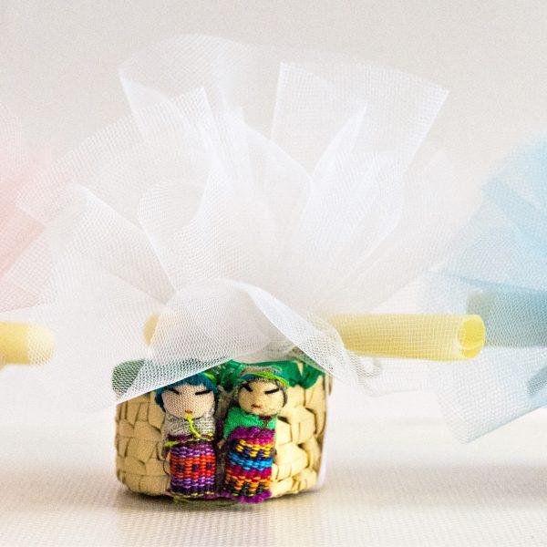 bomboniere solidali prima comunione con tulle colorati e bamboline dal guatemala e pergamena