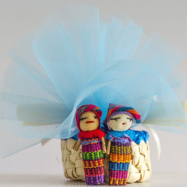 bomboniera solidale cresima con tulle colorato e bamboline dal Guatemala