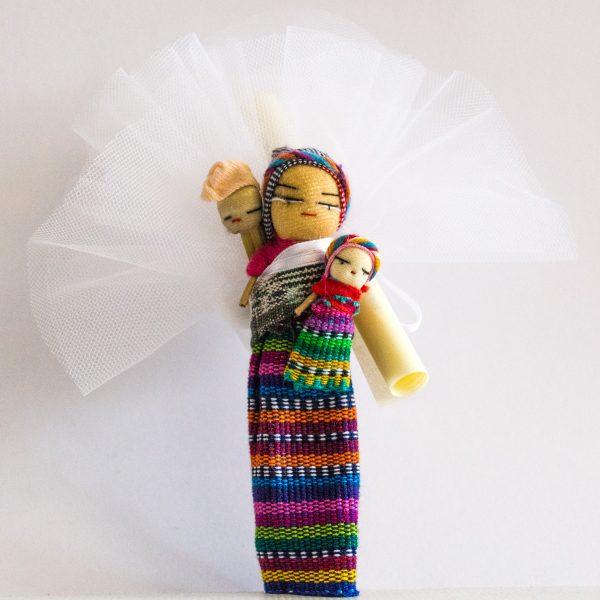 bomboniere cresima con confetti in sacchetti di tulle colorati e bamboline con bimbo sulle spalle e oggetti tradizionali provenienti dal Guatemala con calamita sul retro e pergamena.
