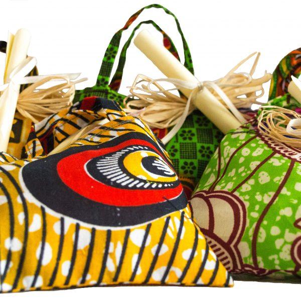 sacchetti bomboniere battesimo con stoffe colorate dalla Tanzania e pergamene