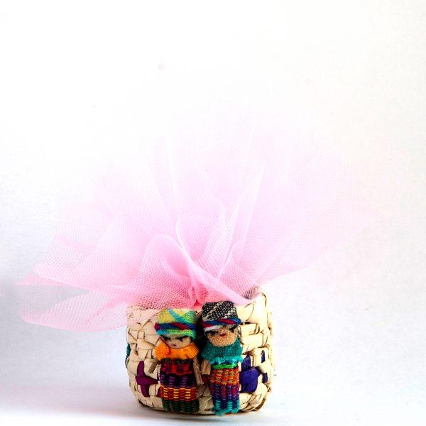 bomboniera solidale -confetti confezionati in cestino dall'Ecuador con bamboline- tulle colorati e pergamena personalizzata