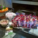 bomboniere solidali per comunione con bamboline artigianali dal Guatemala e tulle colorato porta confetti