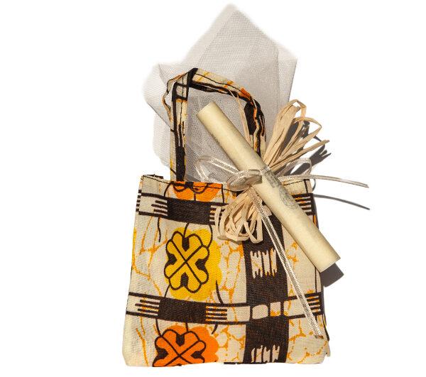 bomboniere solidali comunione sacchettini colorati dalla Tanzania con pergamena