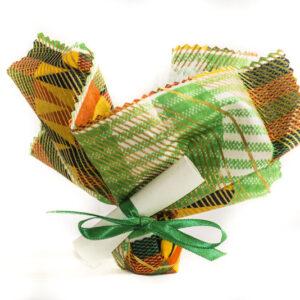 bomboniere solidali per comunione con sacchetti in yuta colorati portaconfetti e pergamene personalizzata