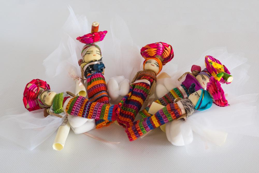 bomboniere composta da bamboline scacciapensieri e tulle colorato porta-confetti