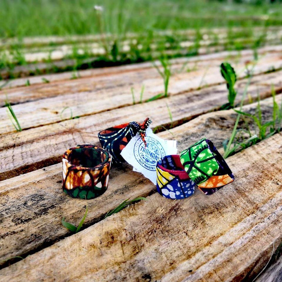 bomboniera eco solidale, vivace e colorata, realizzata a mano da donne africane in Tanzania, tramite il riciclo di pezzi di bottiglie di plastica ricoperte da stoffe africane: il risultato sono allegri braccialetti che si possono usare anche come segnaposto