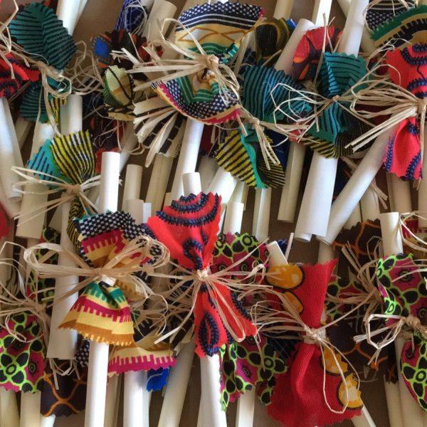 pergamene solidali arrotolate con un filo di raffia e con un pezzetto di stoffa africana colorata che funge da fiocco. Colorate, vivaci, allegre e sopratutto solidali! sostengono bambini di Tanzania e/o Guatemala